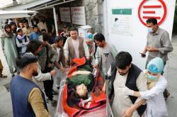 Transport zraněných do nemocnice. Po výbuchu v Kábulu