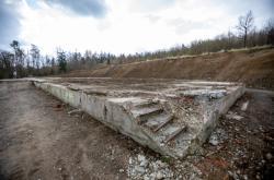 Zbytky betonových základů v areálu ve Vrběticích na Zlínsku