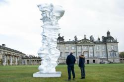Anglické panství Houghton Hall v Norfolku připravilo ve spolupráci se sochařem Tony Craggem souhrnou výstavu jeho děl