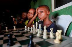 Děti si v královské hře šachy našly únik před vlivem jejich chudinského domova ve slumu Makoko v Nigérii. Hra jim dodává energii a sebevědomí, jak mohou změnit svůj život a získat kvalitní vzdělání