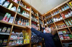 Alkohol musel z regálů odstranit i obchodník Mustafa Demirci z Ankary