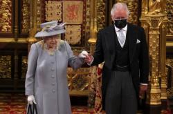 Královna Alžběta II. s princem Charlesem v parlamentu