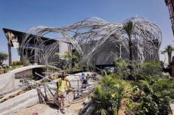 Instalace plastiky v Dubaji