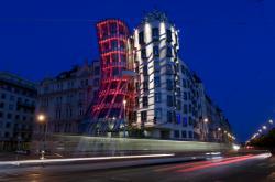 Tančící dům nasvícen červeně pro připomenutí AIDS