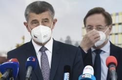 V popředí premiér Andrej Babiš, za kterým stojí ministr zdravotnictví Petr Arenberger