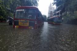 Nad indickou pevninu dorazil cyklon, stát Gudžarát evakuoval dvě stě tisíc lidí