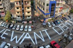 """""""Chceme demokracii"""" hlásá nápis na ulici v Rangúnu"""