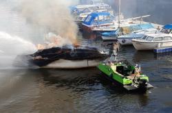 Požár lodi u Podolského nábřeží v Praze