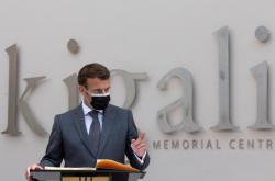 Emmanuel Macron při návštěvě památníku ve Rwandě
