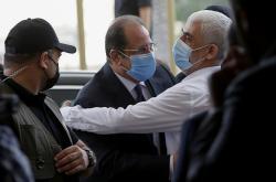 Šéf Hamásu Jahja Sinvár (v bílé košili) objímá velitele egyptské tajné služby Abbáse Kámila