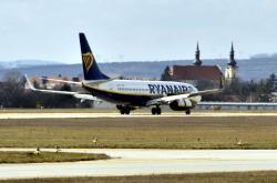 Letadlo společnosti Ryanair na brněnském letišti