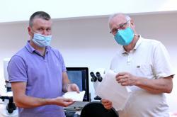 Jiří Chvojka (vlevo) a Petr Louda s materiálem z kyseliny polymléčné