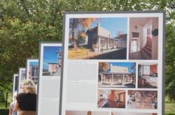 V zámeckém parku v Lánech byla zahájena výstava