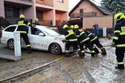 Hasiči pomáhají s odstraňováním následků deště v Drnovicích
