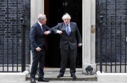 Britský premiér Boris Johnson (vpravo) vítá v Londýně svého australského protějška Scotta Morrisona