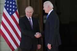 Vladimir Putin a Joe Biden před vilou Le Grange