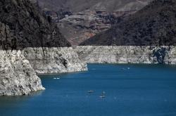 Úbytek vody v přehradní nádrži Mead je jasně viditelný