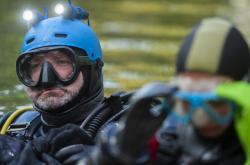 Potápěči se v lomu u Lišova zanořují ke kesonu