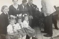 Ludmila (první z leva) se sestrami na svatbě strýce Karla
