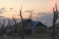 Soumrak nad tornádem zničeným domem
