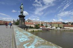 Posprejovaný Karlův most
