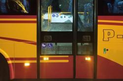Autobus s prostřelenými dveřmi