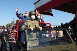 Erdogan a prezident neuznaného Severního Kypru Ersin Tatar při oslavách výročí turecké invaze