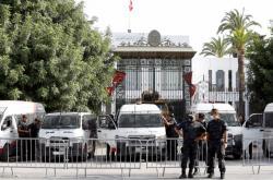 Policisté před tuniským parlamentem
