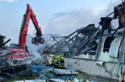 Likvidace požáru haly v Uhříněvsi