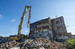 Začalo bourání posledního objektu bývalé textilky Primona