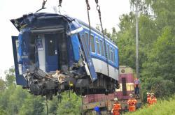 Odstraňování nabouraných vlaků po srážce u Domažlic