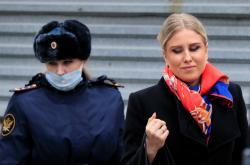 Ljubov Sobolová s policejním doprovodem