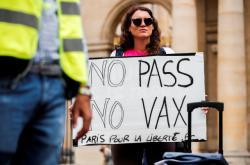 V Paříži se proti covid pasům mohutně protestovalo
