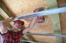 Oprava střechy v Moravské Nové Vsi po tornádu