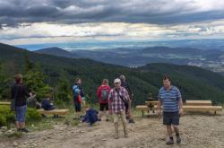 Turisté na vyhlídce v Beskydech