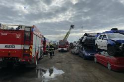 Zásah pražských hasičů u požáru autovrakoviště