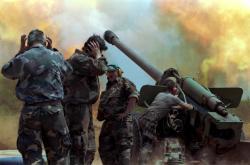 Chorvaté neměli takovou vojenskou sílu jako jugoslávská armáda. Zbraně museli do země pašovat z Maďarska. Na snímku jsou chorvatští dělostřelci