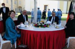 Steinmeier a Zeman s partnerkami v Lánech