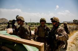 Američtí a němečtí vojáci na letišti v Kábulu