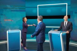 Baerbocková, Scholz a Laschet (zleva) před televizní debatou