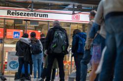 Fronta před kanceláří DB na hlavním nádraží v Mnichově