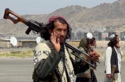 Členové Talibanu dohlíží na pořádek na letišti v Kábulu