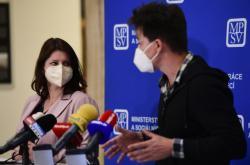 Ministryně práce a sociálních věcí Jana Maláčová (ČSSD) a její poradce Matěj Stropnický.