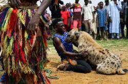 Hyení muži ze severní části Nigérie jsou ze šelmou spojeni celý život. Zvíře je doprovází na cestách a je i pomocníkem při obživě