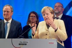 angela Merkelová a Arminem Laschetem na mítinku ve Stralsundu