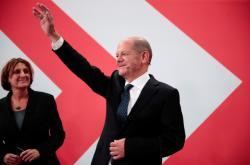 Olaf Scholz zdraví své příznivce ve volebním štábu