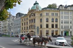 Secesní budova zrekonstruovaného objektu bývalé Sparkasse v centru Karlových Varů se prodala 5. října 2021 v dražbě za vyvolávací cenu 100 milionů korun