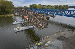 Poslední část starého mostu odstranili dělníci v Čelákovicích