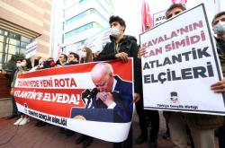 Protest organizace TGB proti deseti diplomatům, kteří vydali prohlášení na podporu Kavaly v Ankaře.
