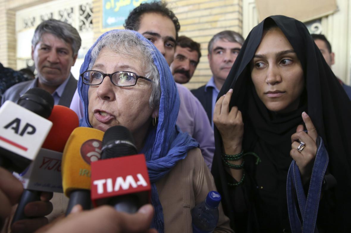 Matka a žena souzeného novináře